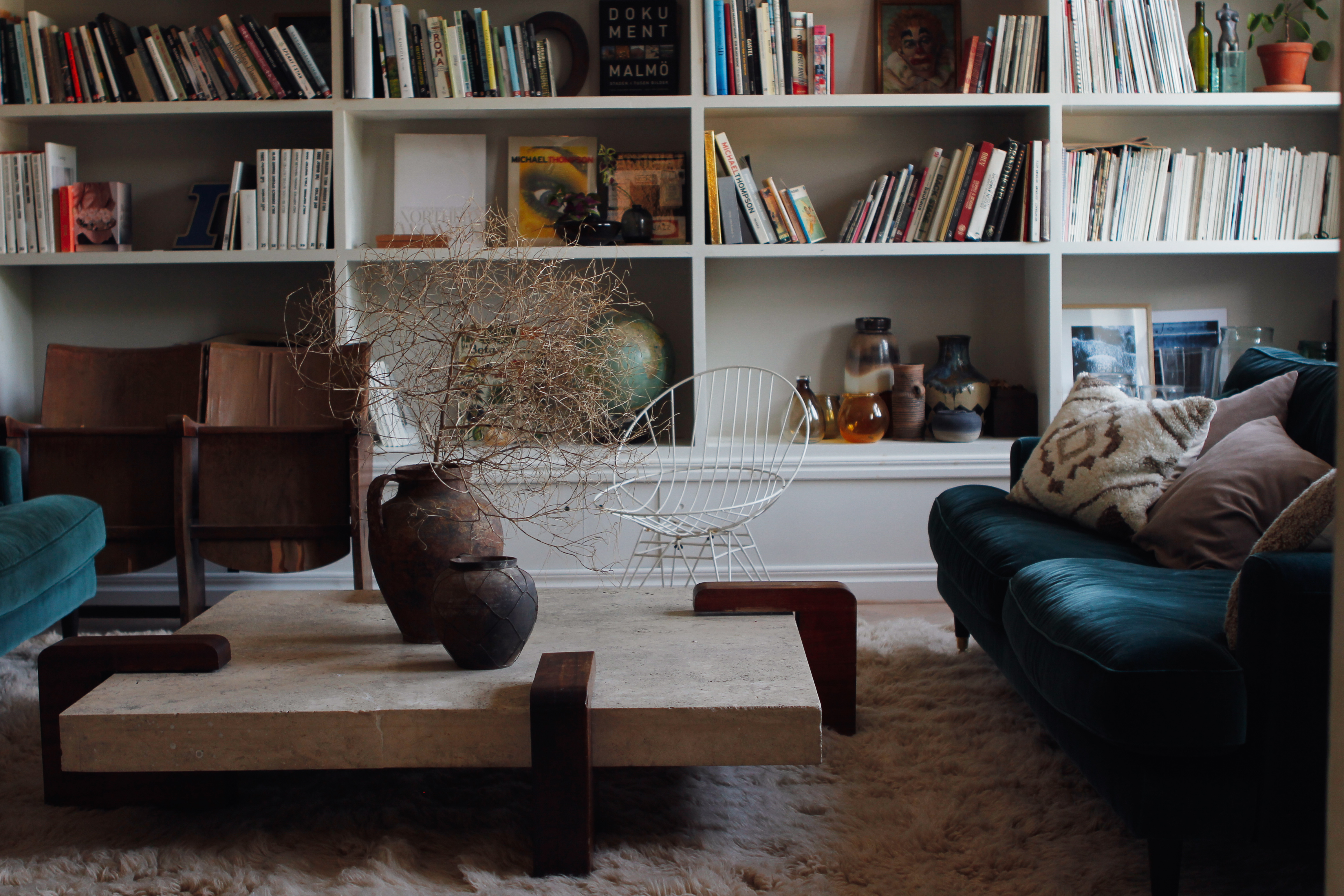 Shaggy Oatmeal in living room with green sofa by Malin Persson